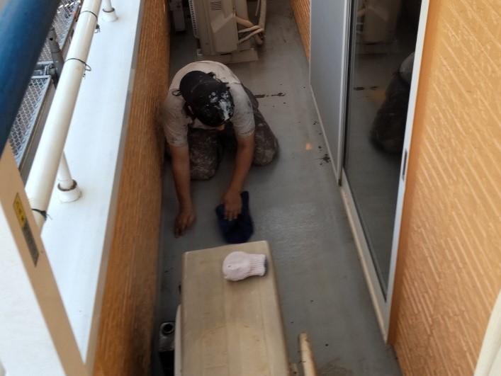 上尾市壱丁目のバルコニー床防水工事アセトン拭き