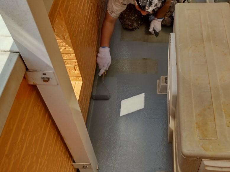 上尾市壱丁目のバルコニー床FRP防水トップコート材「AUコート」塗布1回目