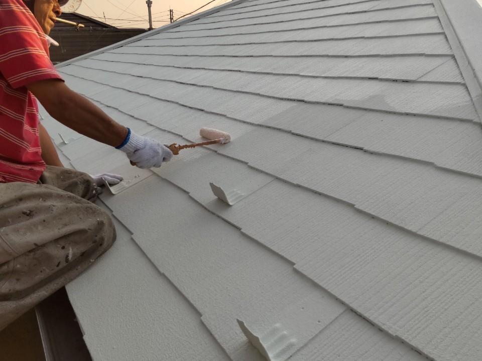 上尾市で遮断熱塗料「キルコ」での屋根塗装上塗り作業