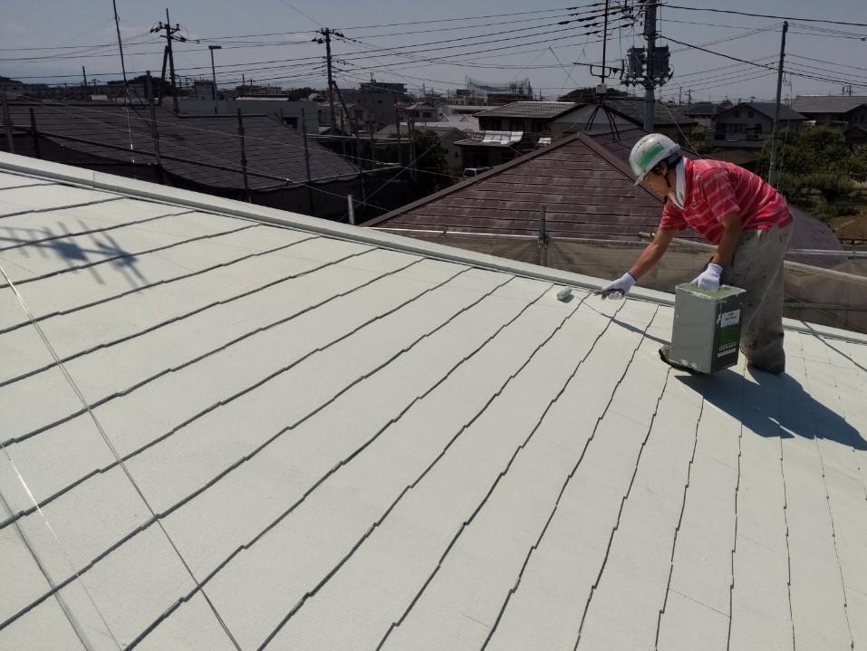 上尾市で遮断熱塗料「キルコ」での屋根塗装中塗り2回目の作業