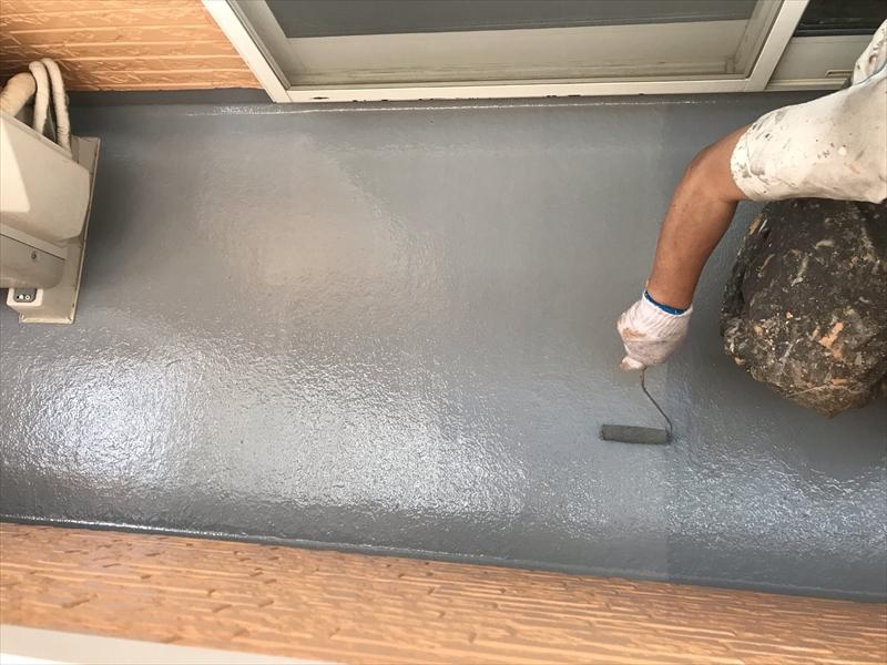 上尾市壱丁目のバルコニー床FRP防水のトップコート材「AUコート」塗布2回目作業