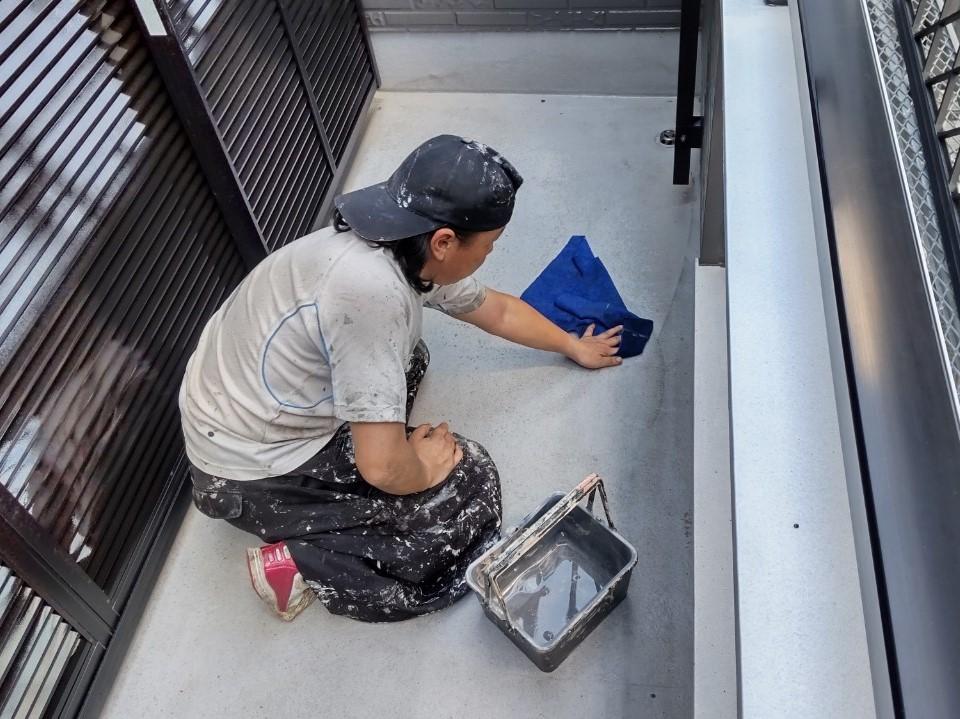 鴻巣市バルコニー防水工事アセトン拭き