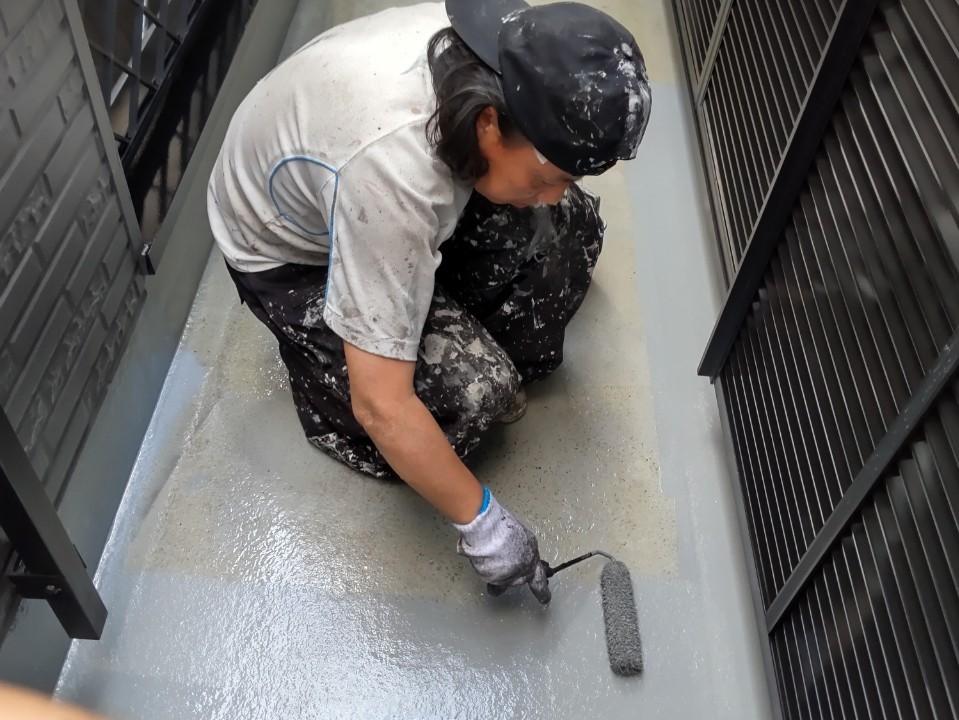 鴻巣市ベランダ床FRP防水トップコートコーティング