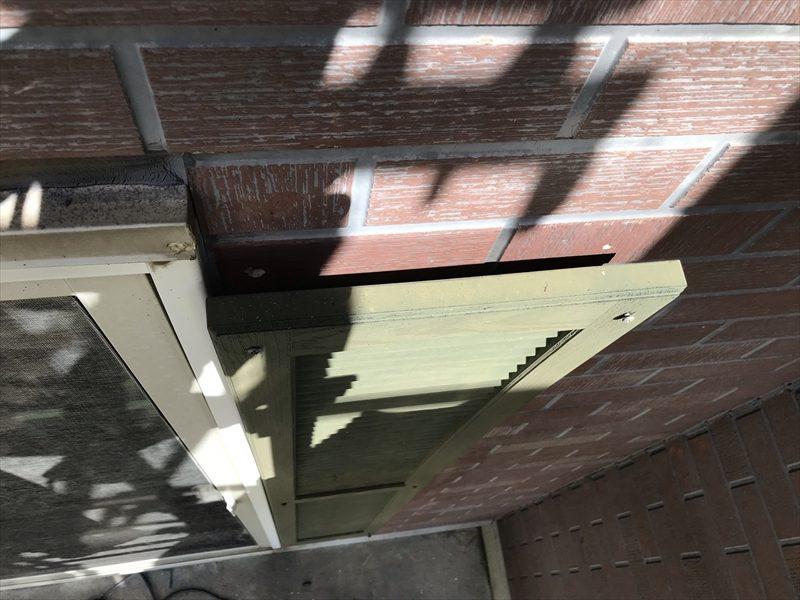 伊奈町の輸入住宅の反り返りガタガタしていた窓脇の木製飾り