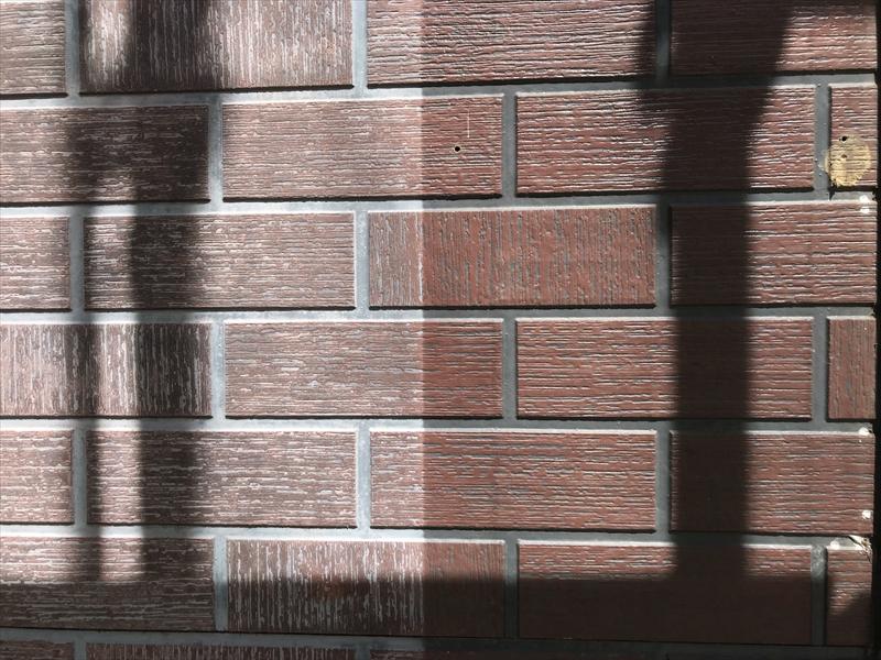 伊奈町の輸入住宅の窓脇木製飾り撤去後