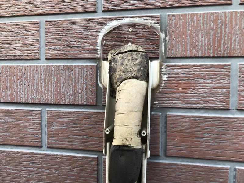 伊奈町輸入住宅の外壁塗装前にエアコン配管カバー取外し