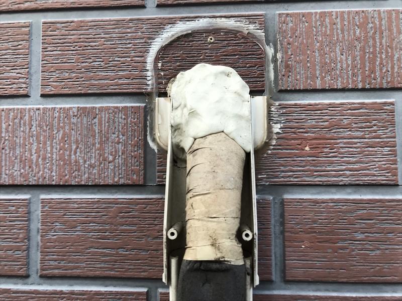 伊奈町輸入住宅の外壁塗装前にエアコン配管カバー取外し取付口のパテ交換