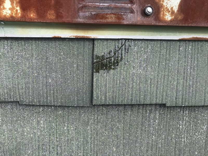 伊奈町輸入住宅の屋根塗装前にタスマジュック使用し割れた棟板金下のスレート瓦補修完了