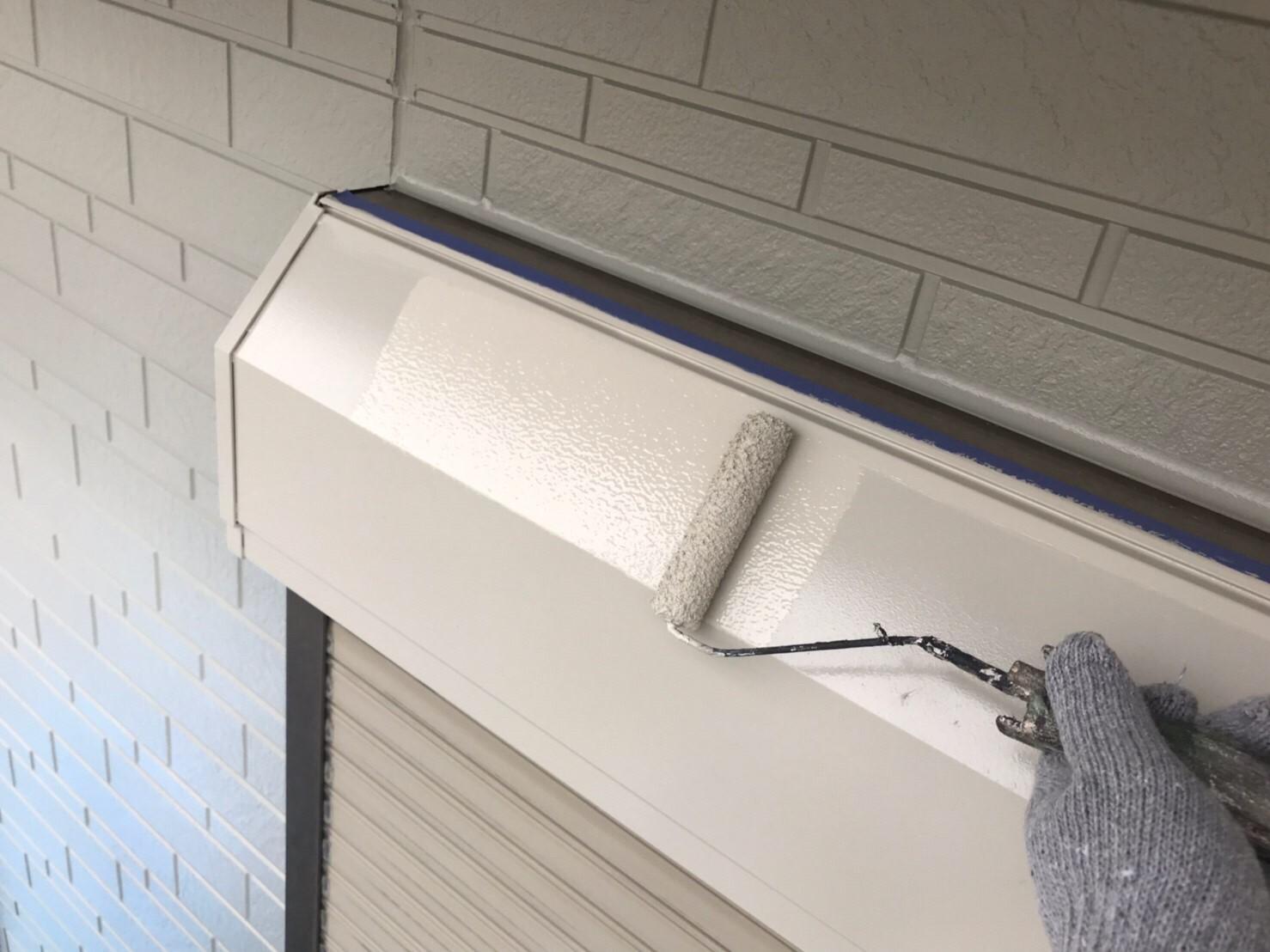 鉄部シャッターボックスの上塗り作業
