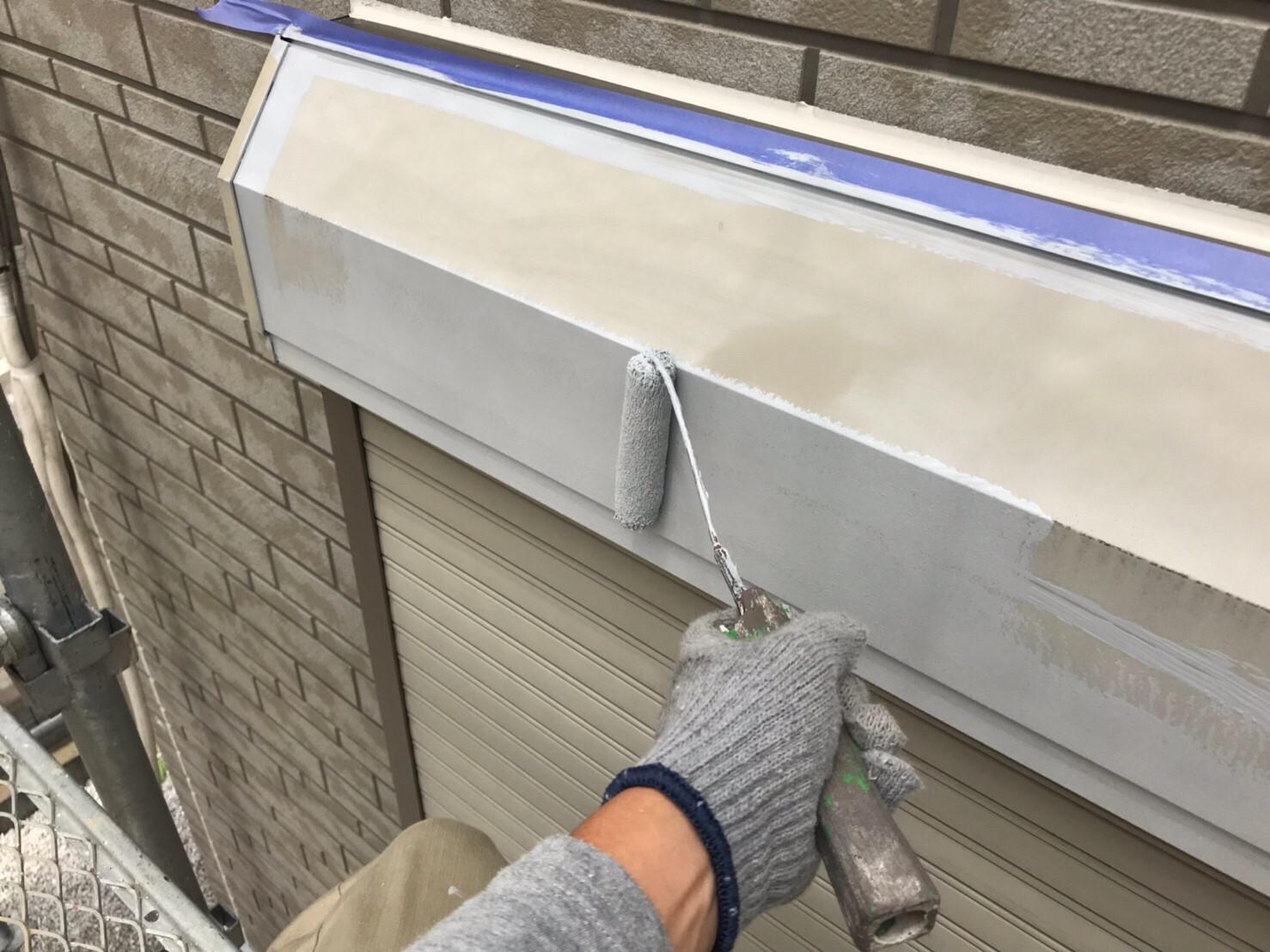 鉄部シャッターボックスの下塗り作業
