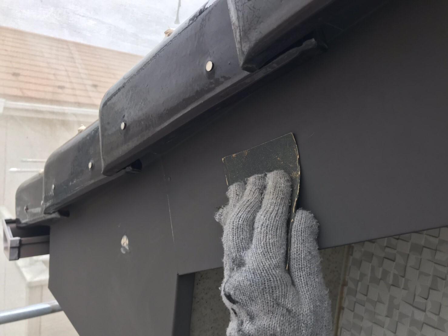 上尾市の破風板塗装前ケレン作業