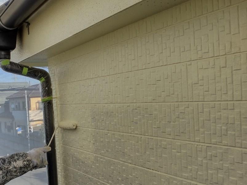 上尾市本町外壁塗装上塗りアステックペイントのシリコンREVO使用