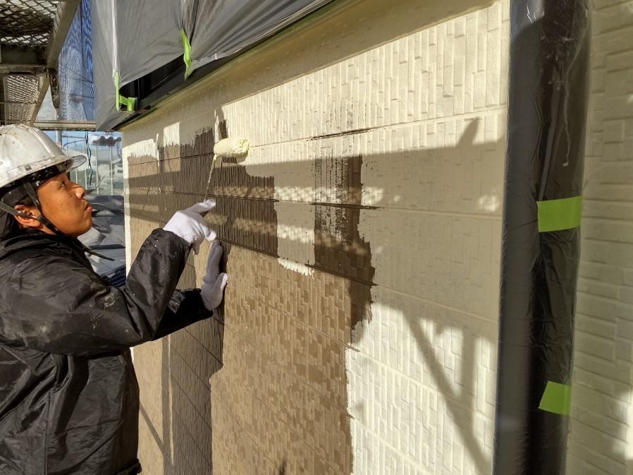 上尾市本町外壁塗装中塗りアステックペイントのシリコンREVOで使用