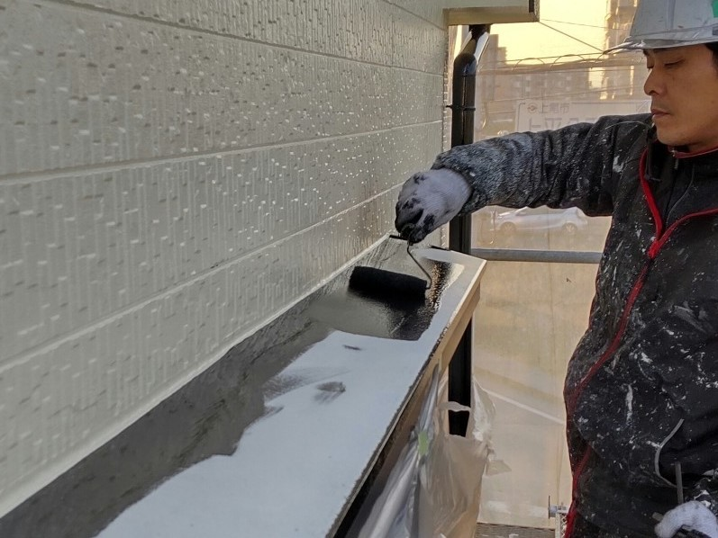 上尾市外壁塗装の付帯部分鉄部庇の中塗り塗装