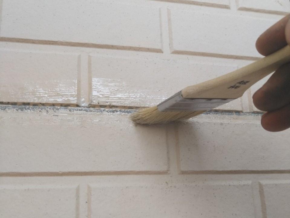 伊奈町賃貸一軒家外壁塗装前に目地へ下地調整剤塗布