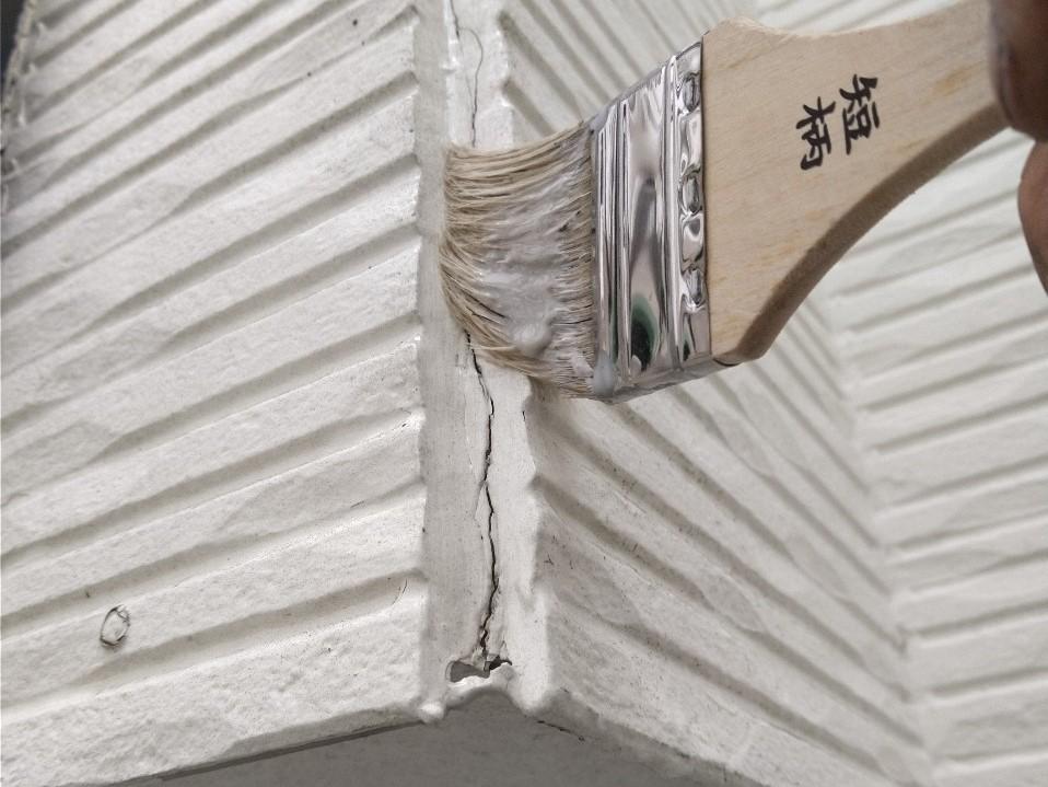伊奈町賃貸一軒家外壁塗装前に外壁角へ下地調整剤塗布