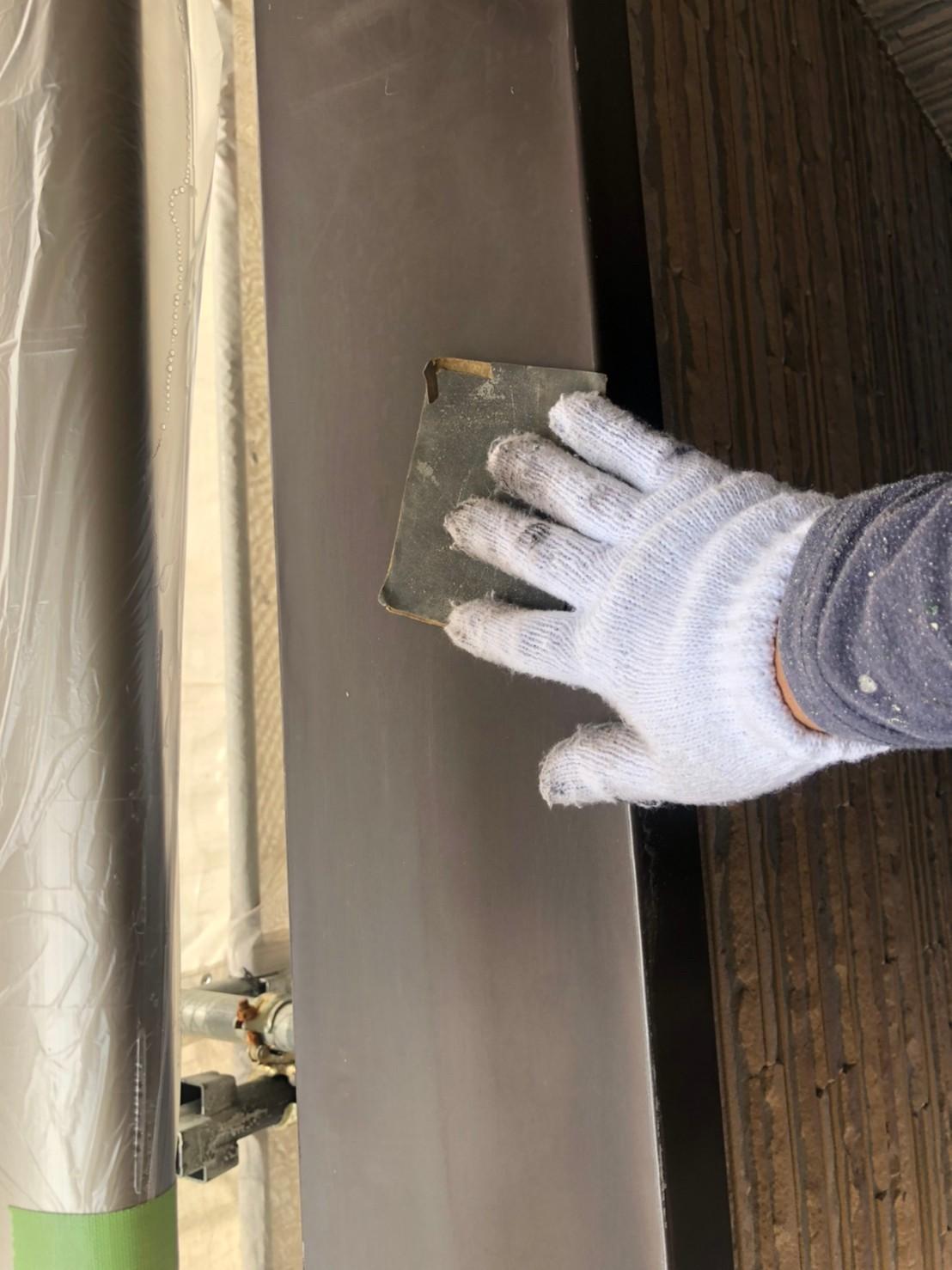 伊奈町外壁塗装鉄部ベランダ笠木の塗装前目荒し