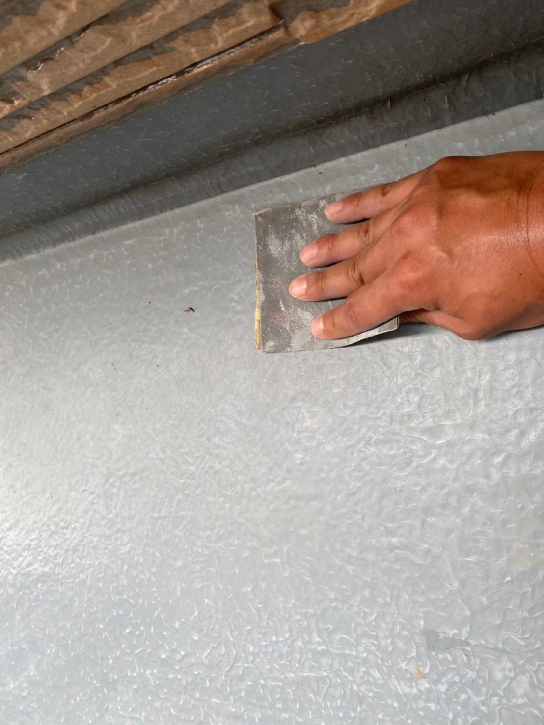 伊奈町FRP防水のベランダ床トップコート塗り替え工事のケレン作業