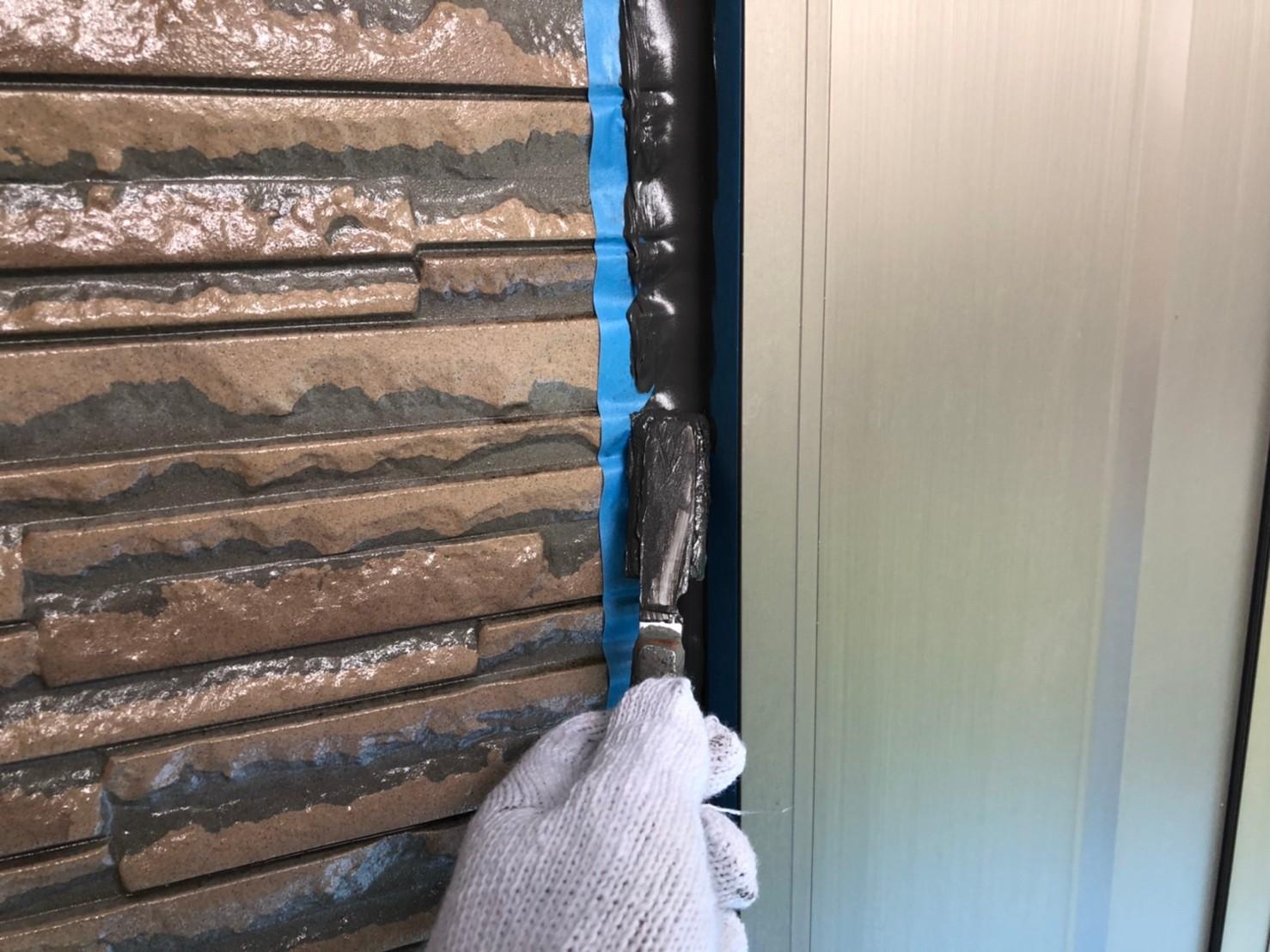 伊奈町外壁塗装時の「シーリング増し打ち」オートンイクシード表面をへらで均す作業