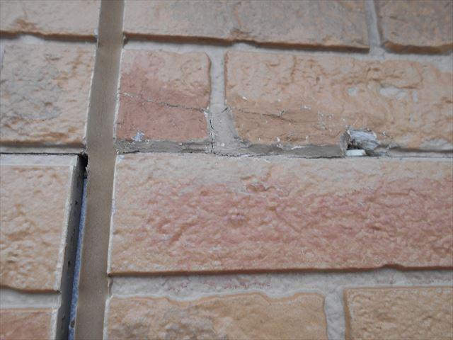 外壁目地の大きな隙間と割れ