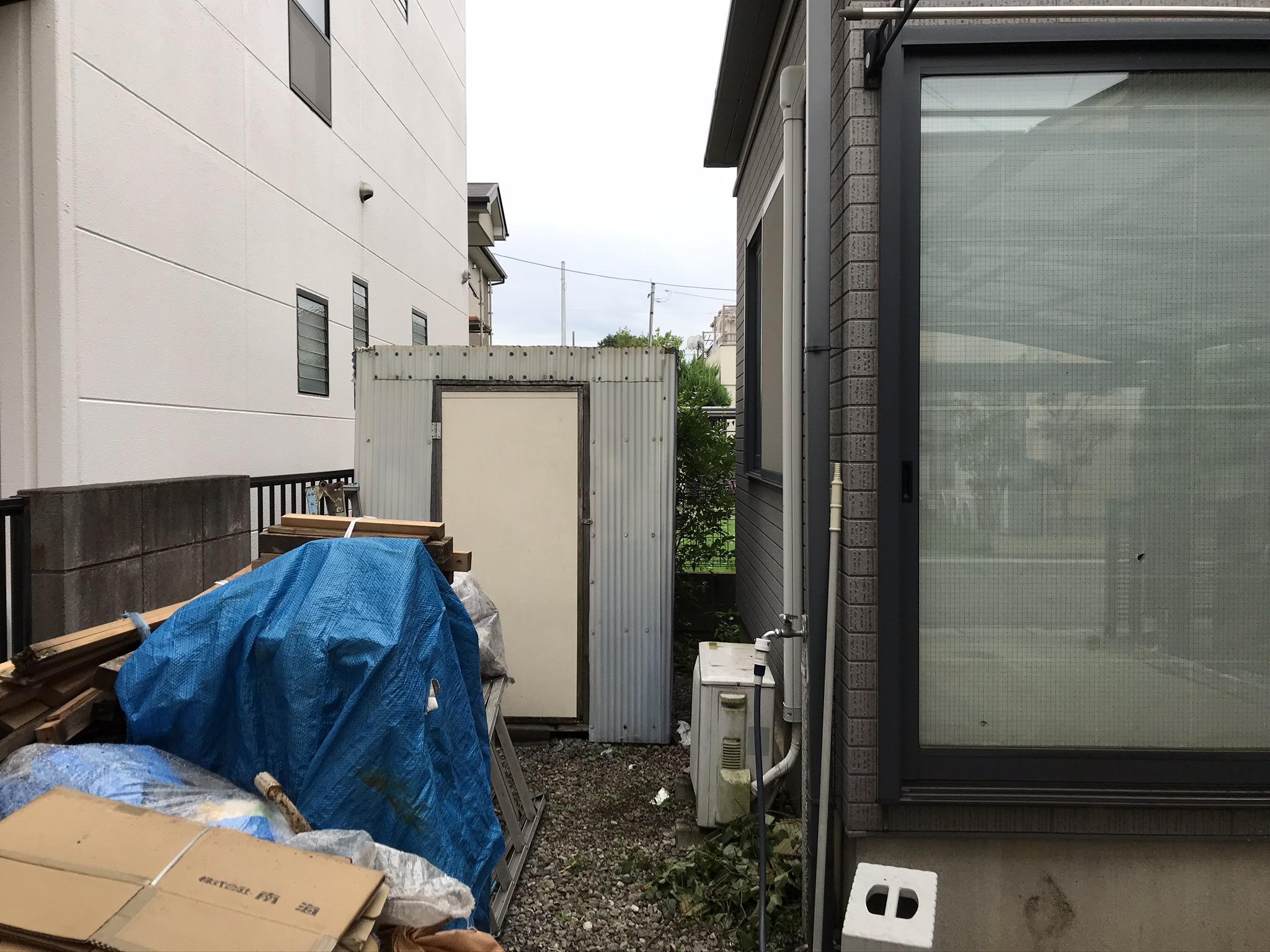 桶川市の賃貸一軒家の外壁塗装・屋根塗装が始まります。テラス・駐車場屋根一時撤去し足場設置です。