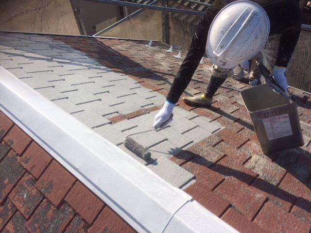 屋根下塗り作業べスコロフィラーグレー