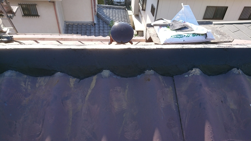 南蛮漆喰を垂木両側から詰める