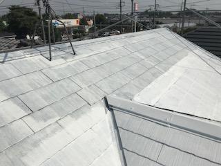 スレート屋根に遮熱性塗料で下塗り完了