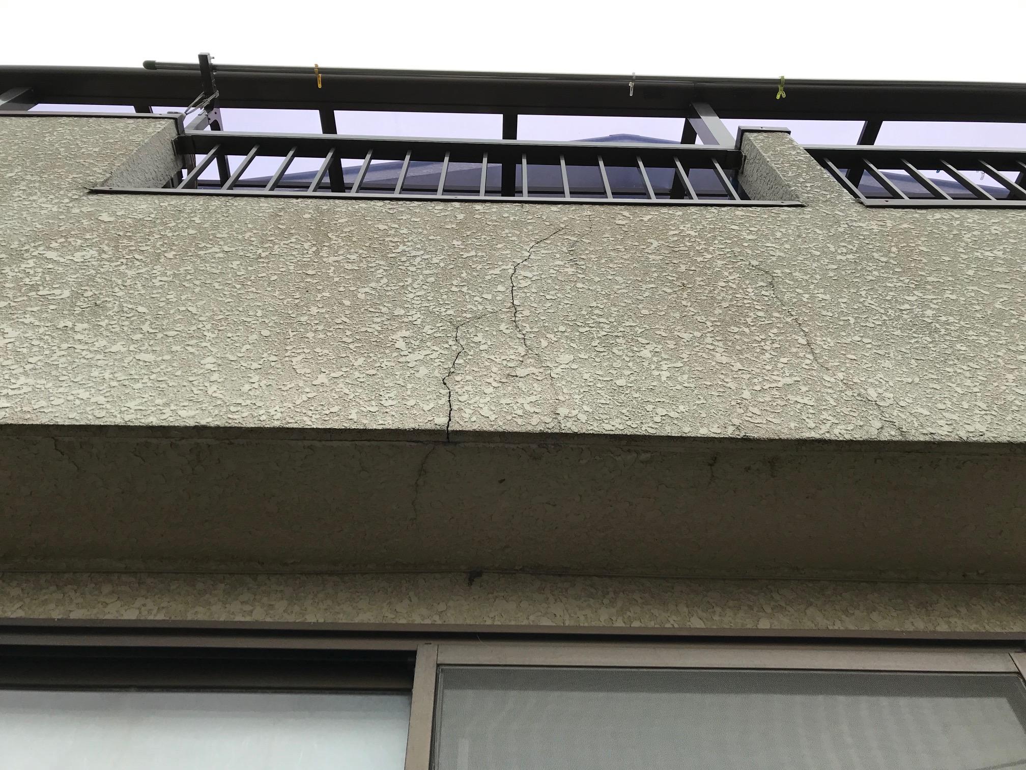 ベランダ外壁のヒビ