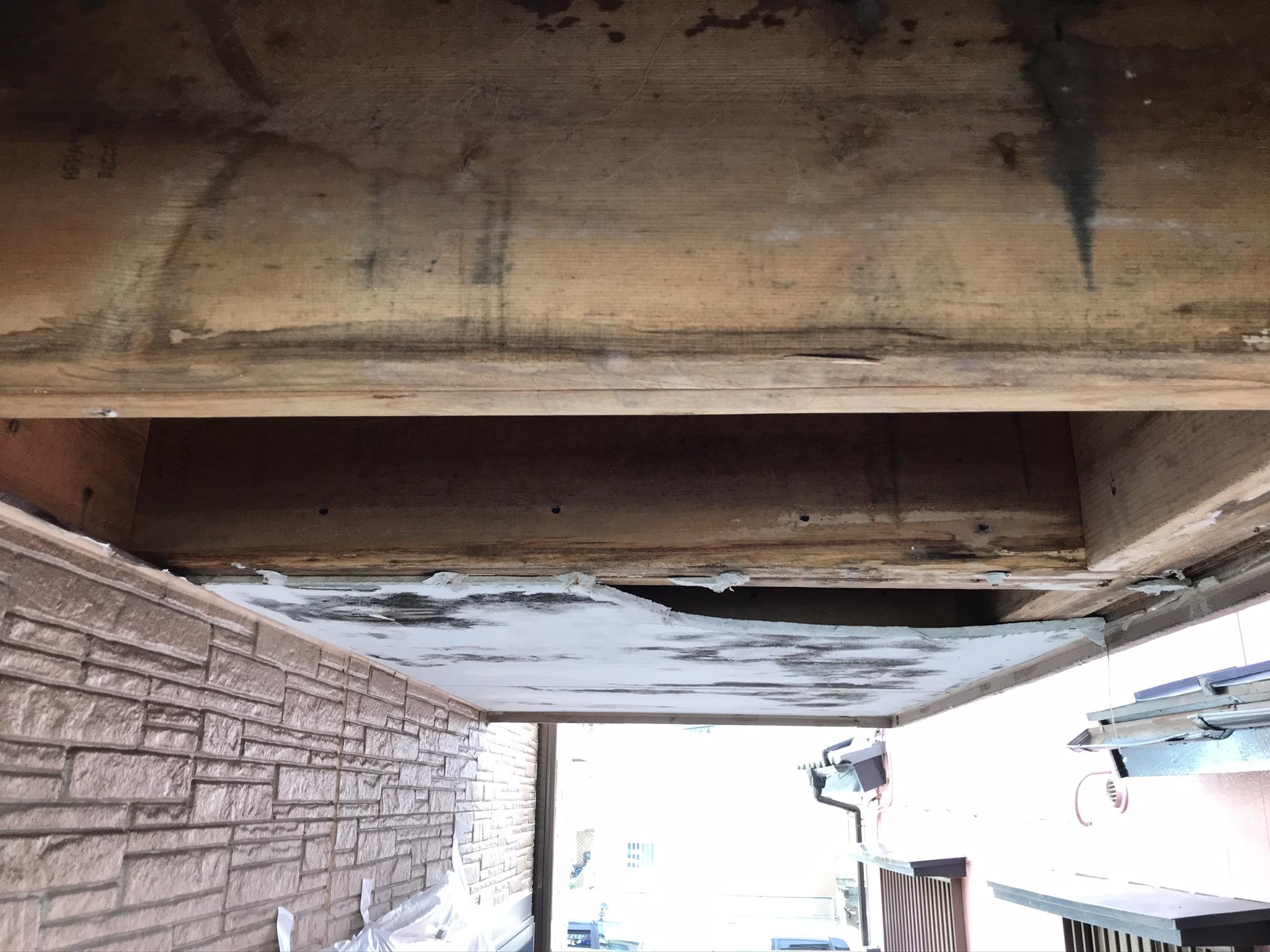 上尾市ベランダ型の雨漏り原因は雨樋内の異物
