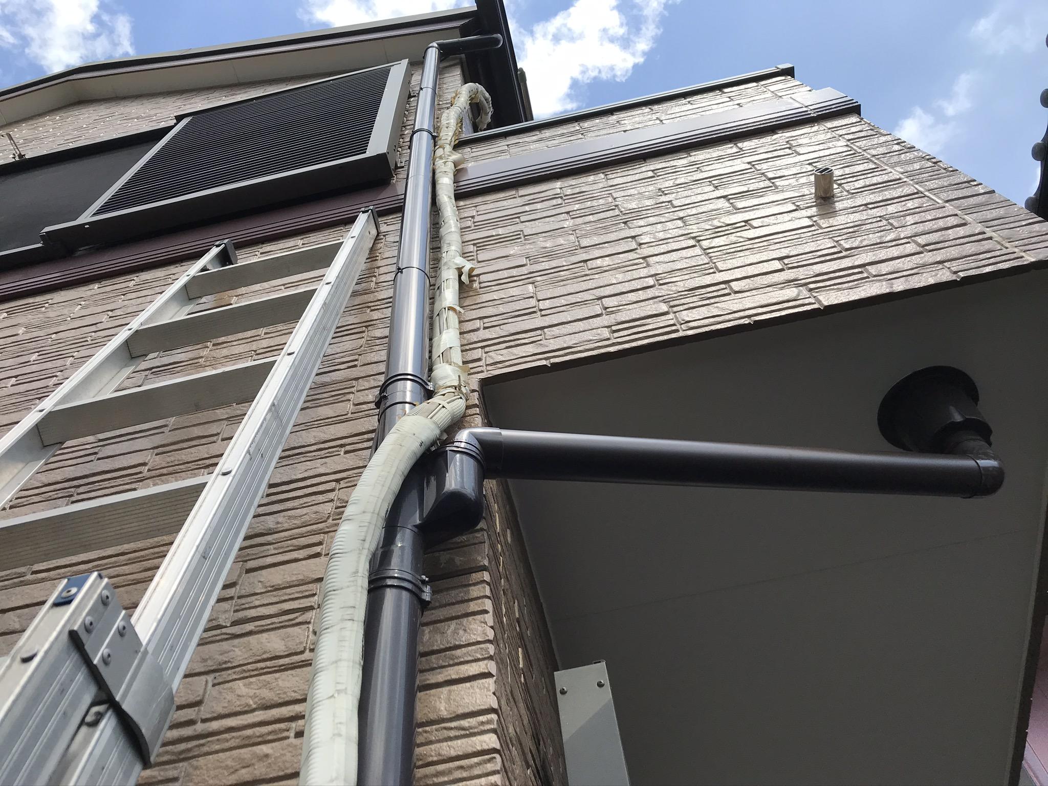 上尾市補修したベランダの軒天と劣化したエアコンホース