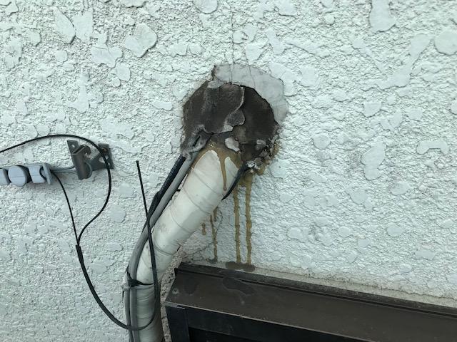 エアコン配管口補修前