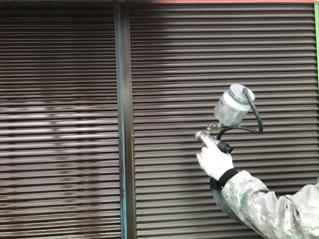 雨戸を吹き付け塗装