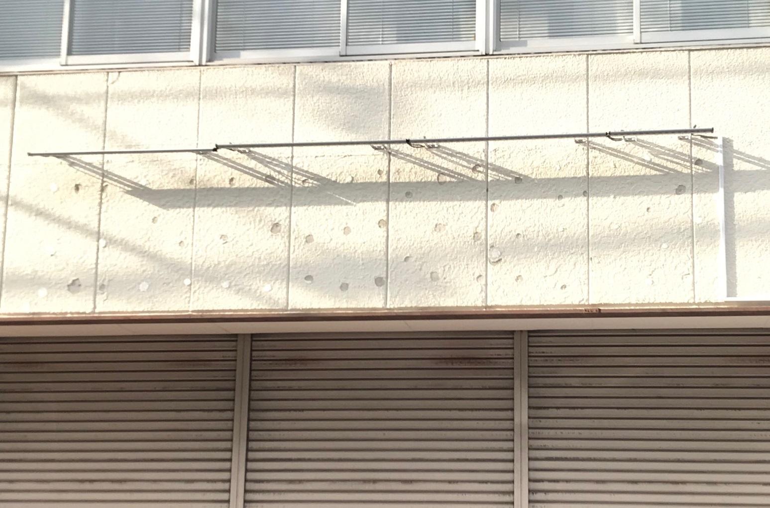 看板取り外し跡がある外壁