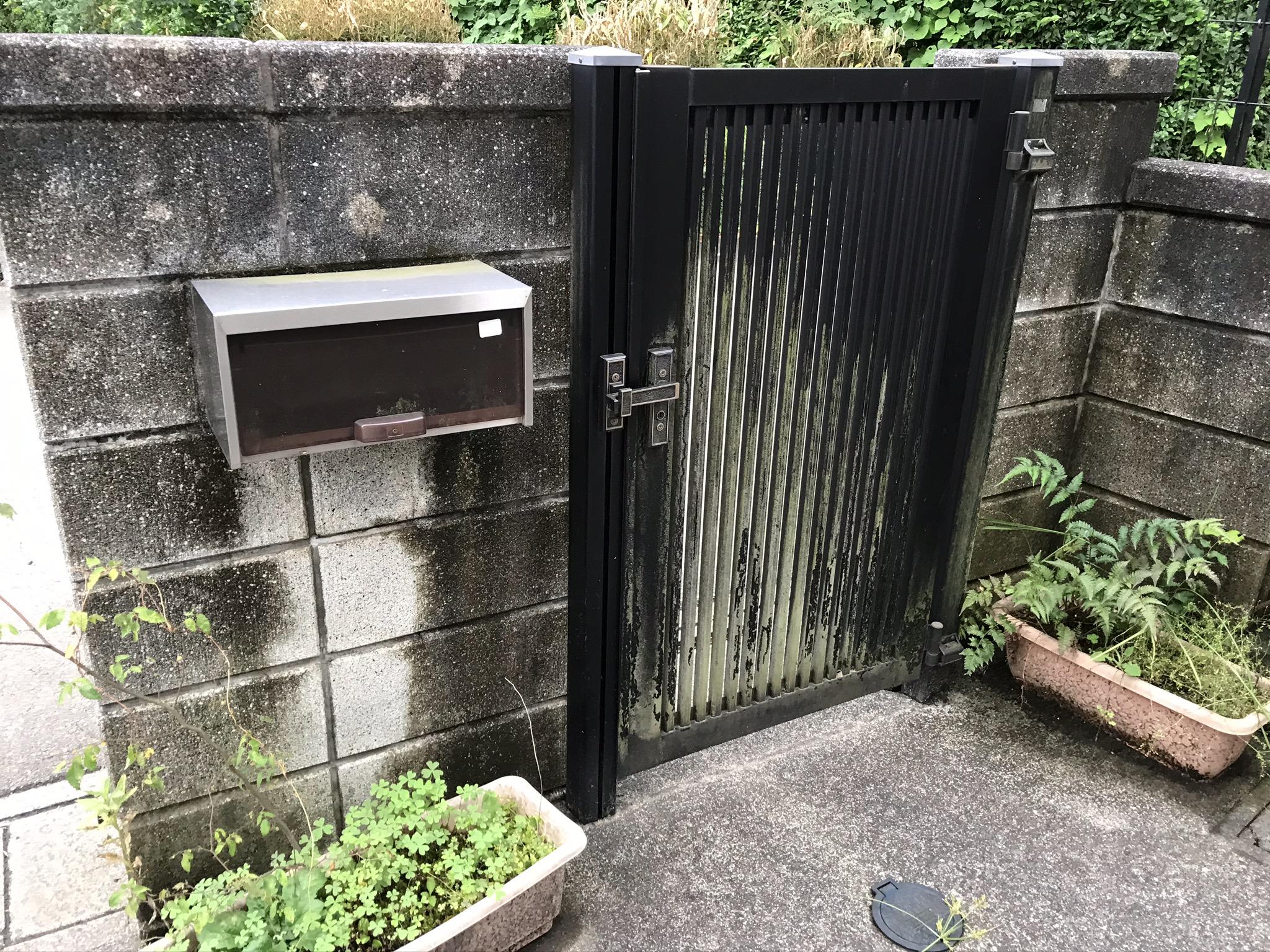 蓮田市南側にある門扉塀のコケカビ