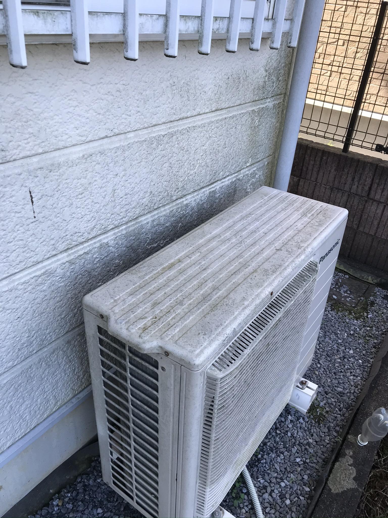 蓮田市北側西角のエアコンとサイディング外壁のコケカビ