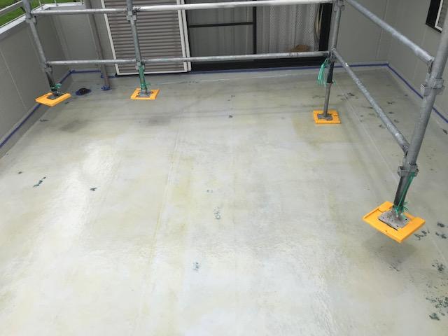 仮設足場の足を持ち上げベランダ防水塗装