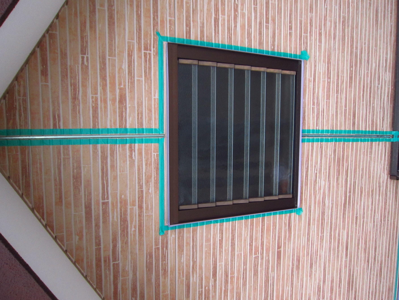 2階窓廻りにシーリング養生