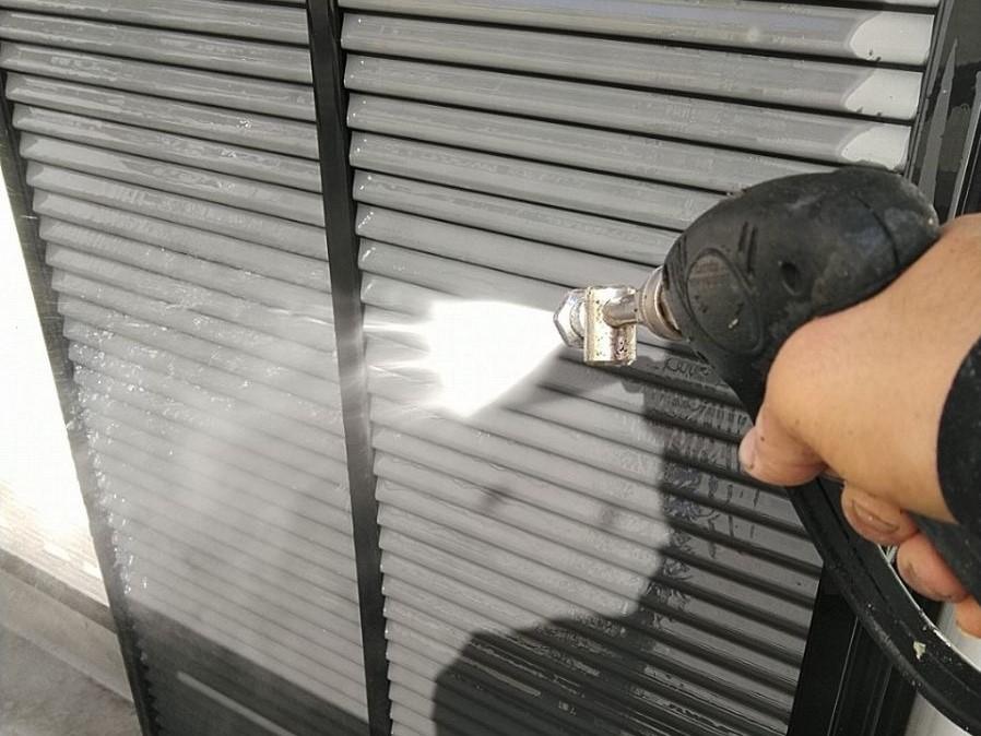伊奈町賃貸一軒家塗り替え塗装前の高圧洗浄雨戸部分作業
