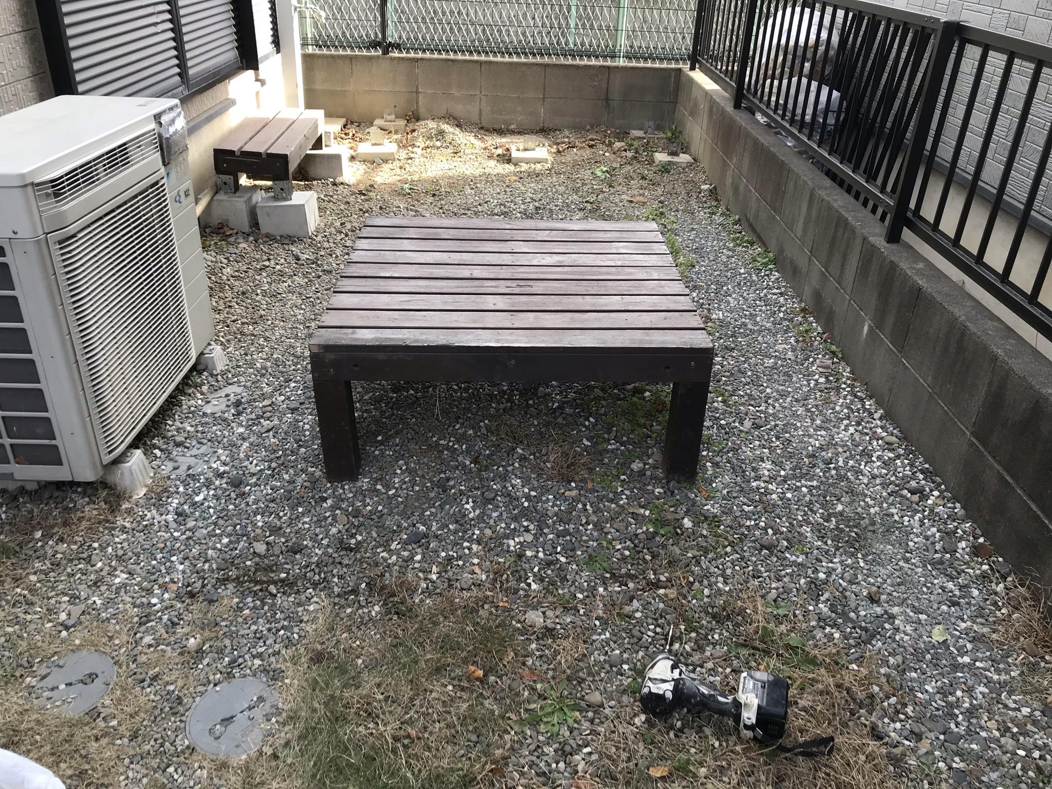 上尾市外壁塗装時に庭に設置で不要の木製テーブル撤去