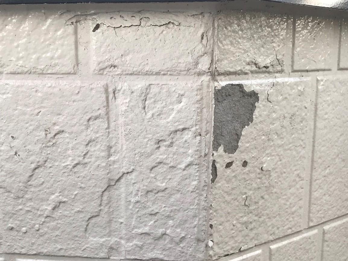 春日部市4年前に外壁塗装したのにベランダ外壁が剥がれている部分のアップ写真