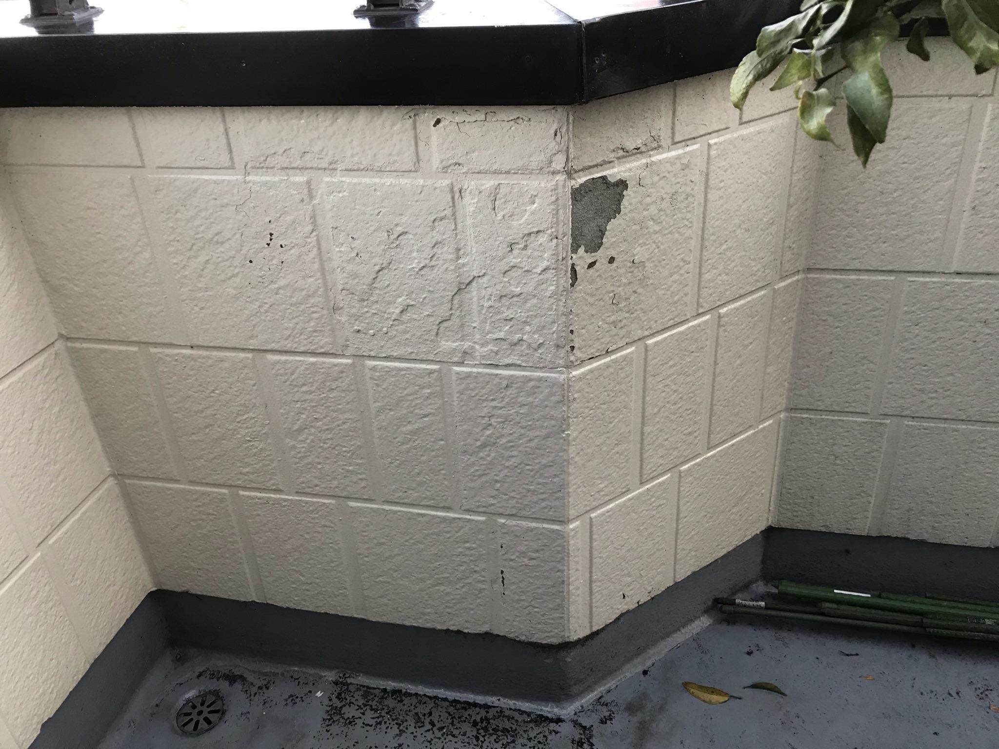春日部市豊町 4年前に塗装したサイディング外壁のベランダ内側一部が剥がれた為部分補修し部分塗装です。アルミドアもコーティング