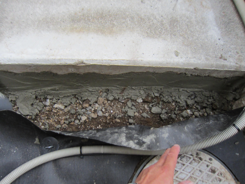 コンクリートと地面の隙間を埋める