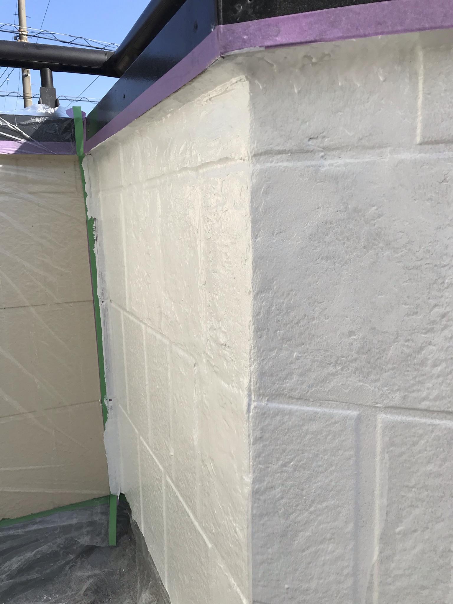 春日部市豊町でベランダ内側塗装不良部分をパテで下地補修後下塗り
