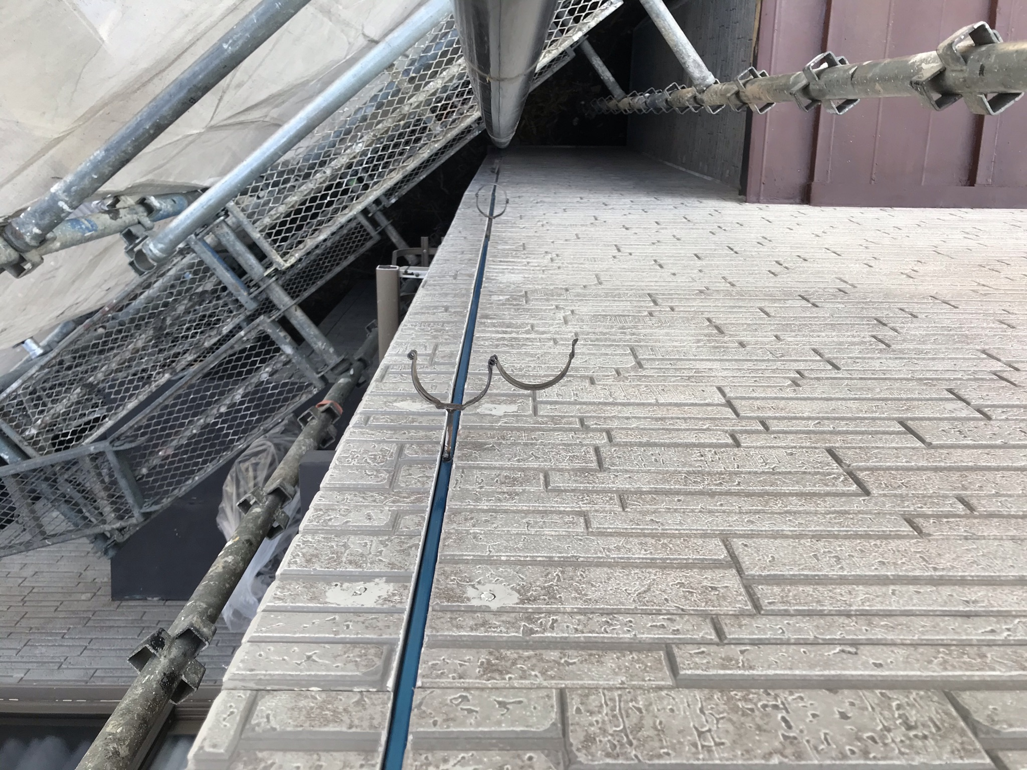 伊奈町塗装前に目地劣化シーリング材撤去と雨樋一時撤去