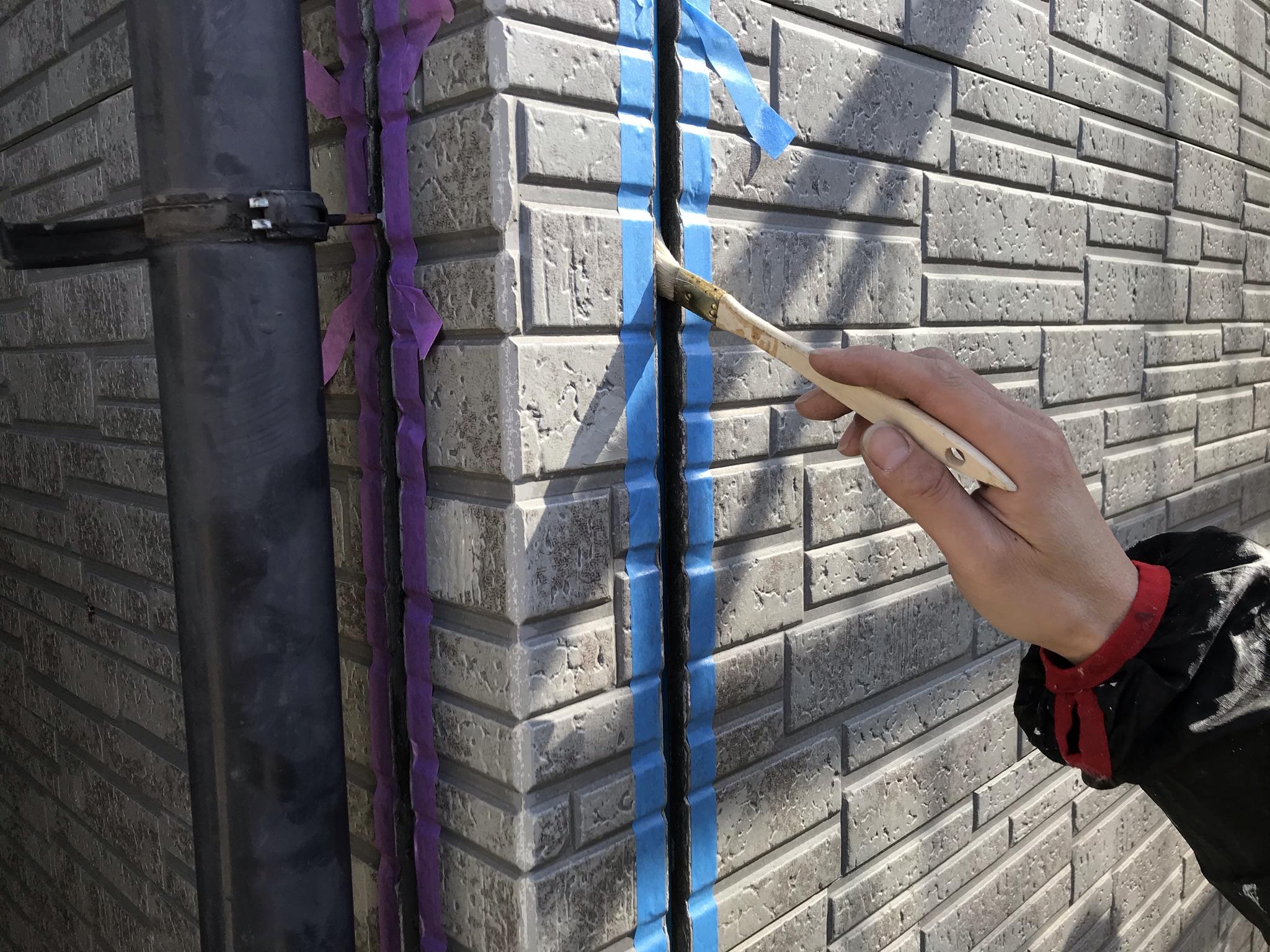 伊奈町外壁サイディング目地シーリング打替えプライマー塗布作業