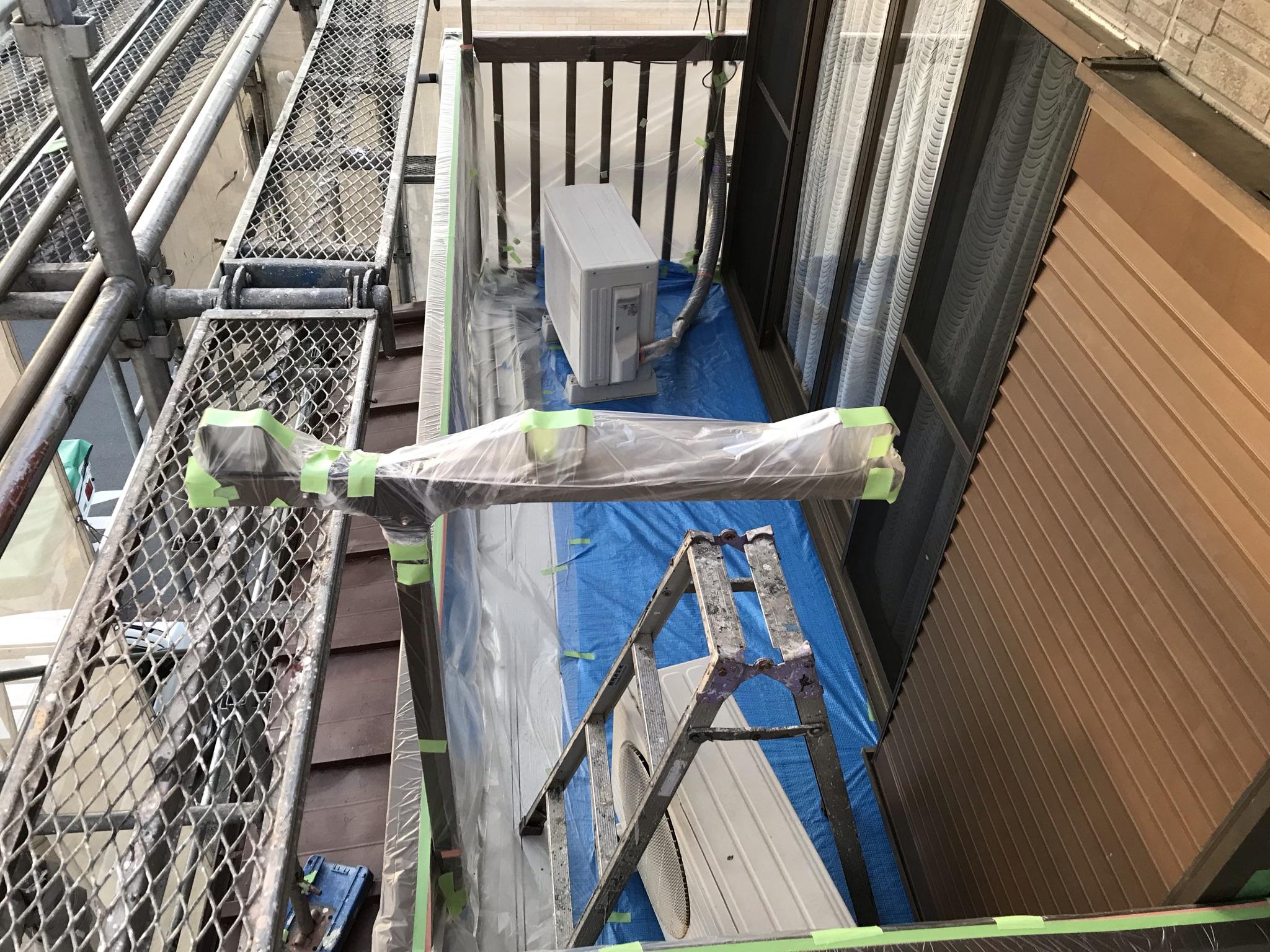 伊奈町外壁塗装の為の養生作業ベランダ