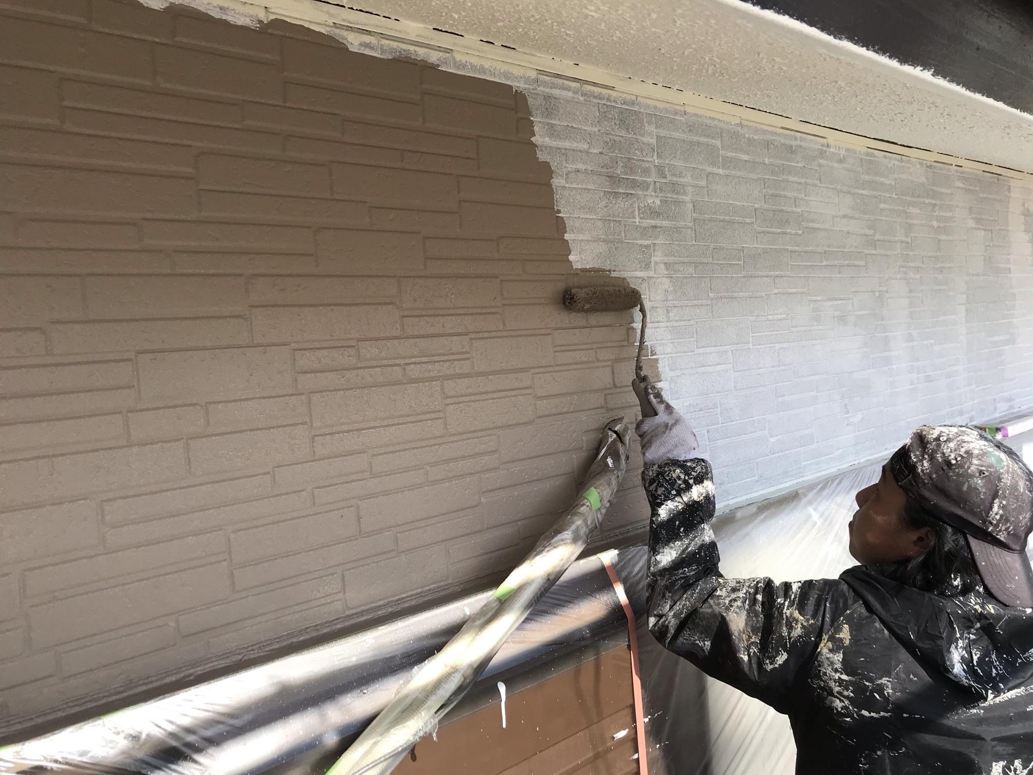 伊奈町外壁塗装シリコンREVO1000で中塗り