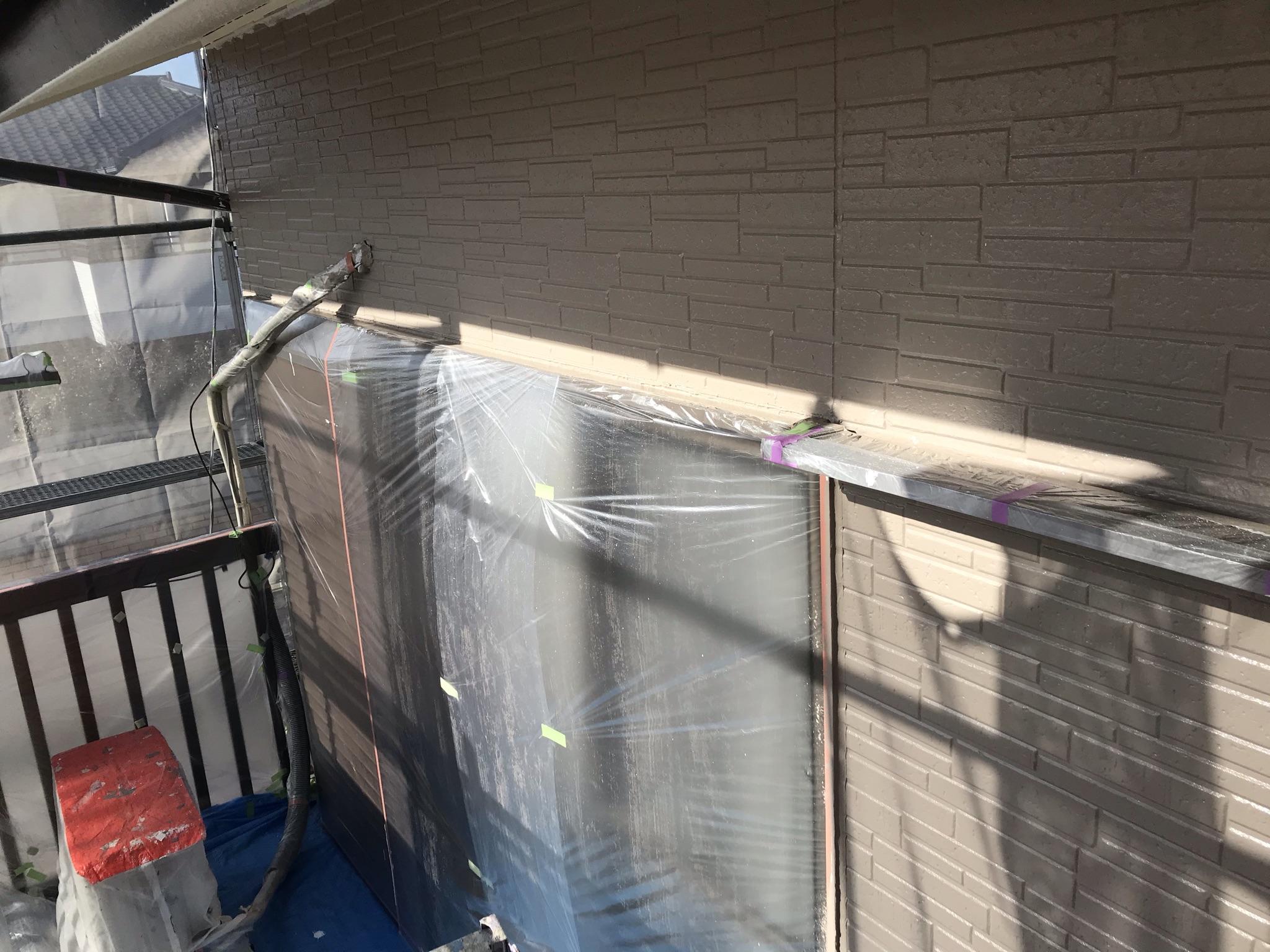 伊奈町外壁塗装シリコンREVO1000で中塗り完了