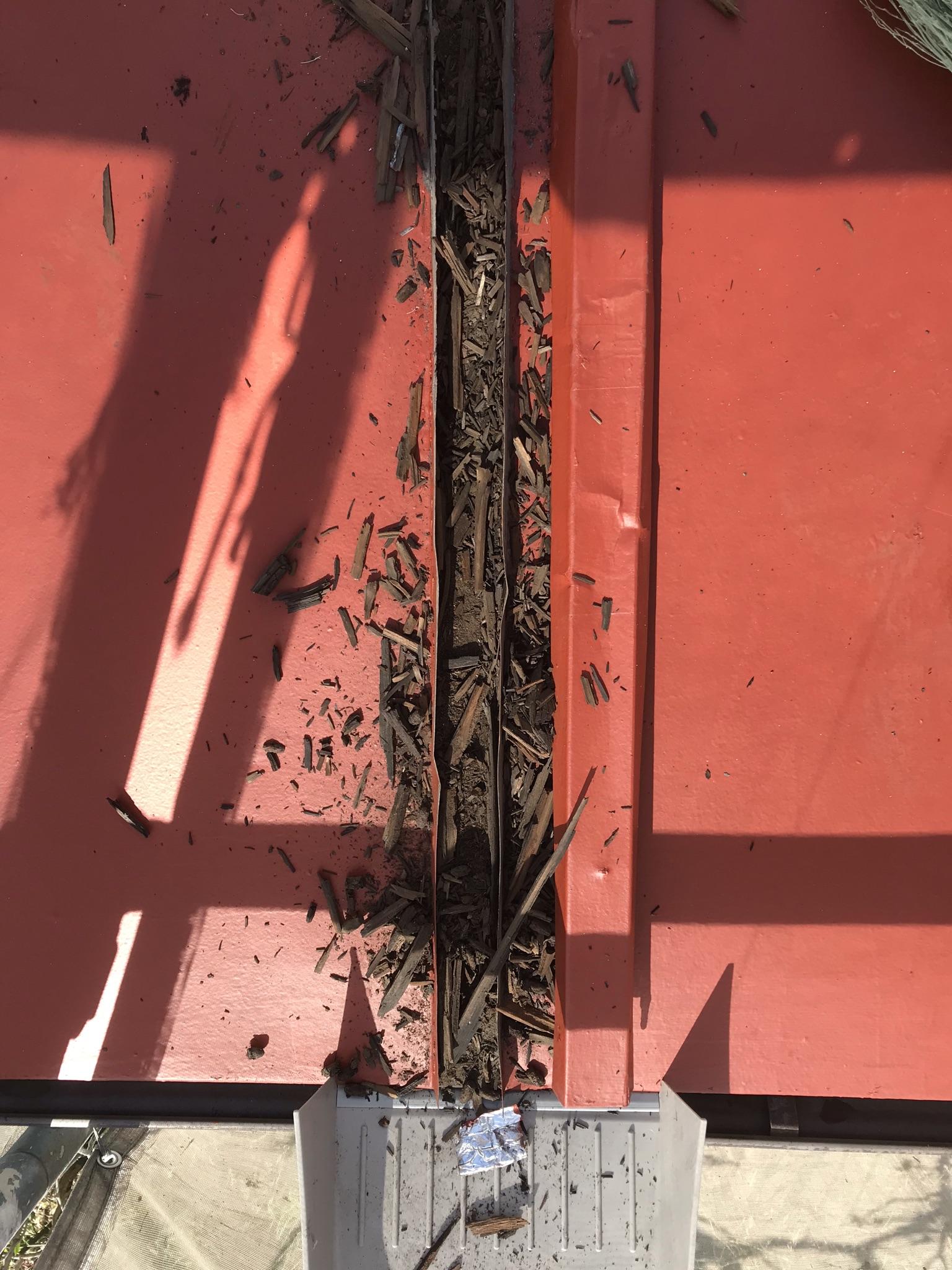 伊奈町心木がボロボロに腐食したトタン下屋根